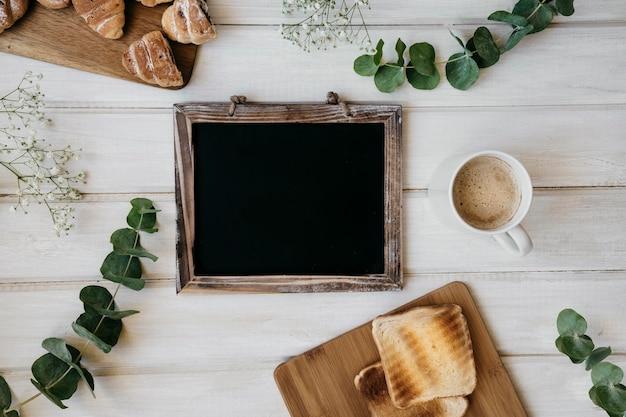 Café da manhã, folhas e quadro-negro