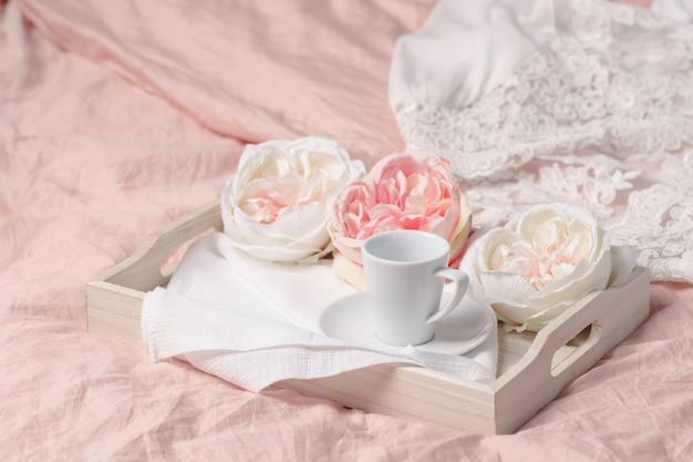 Café da manhã fresco na bandeja na cama. conceito de estilo de vida