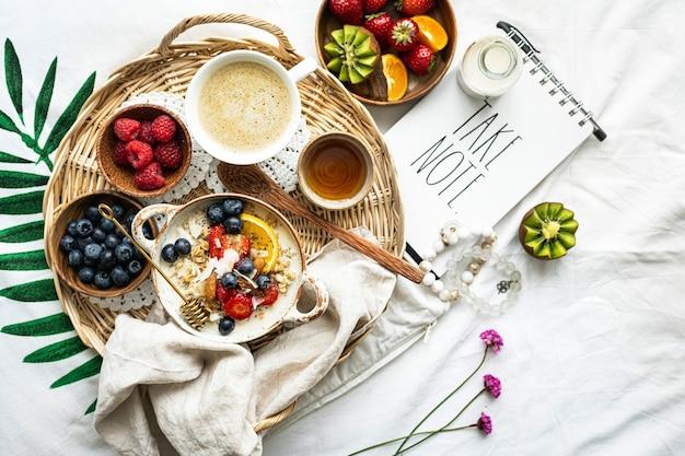 Café da manhã frutado com nota à parte