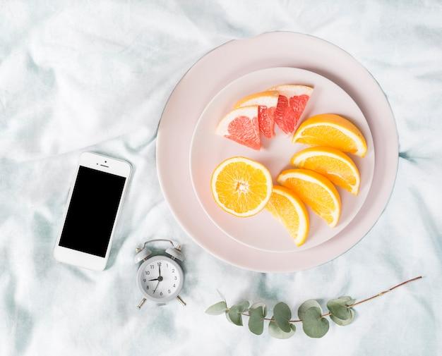 Café da manhã frutas com telefone celular