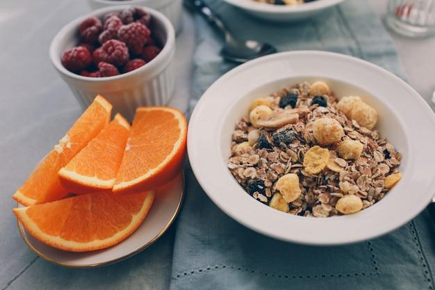 Café da manhã: granola caseira com framboesas e mirtilos.