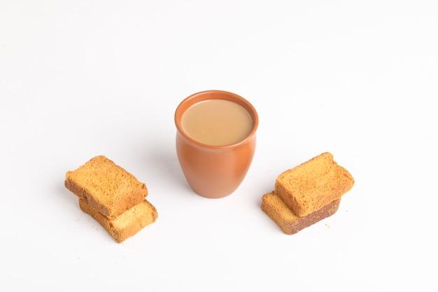 Café da manhã indiano. chá e bolinho em fundo branco.