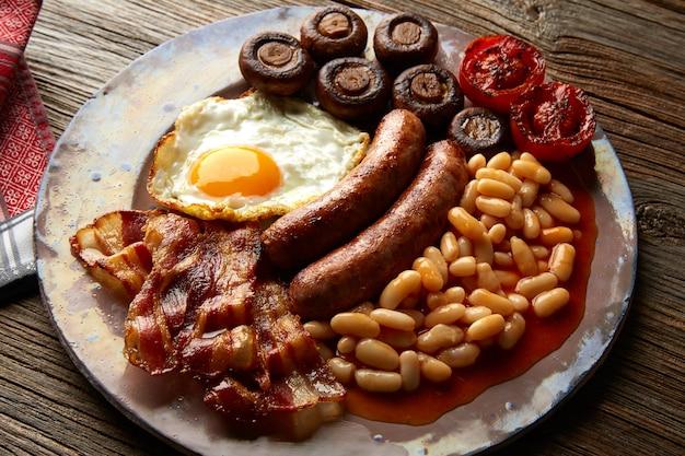 Café da manhã inglês salsichas ovo feijão bacon