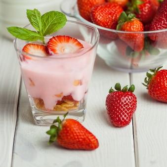Café da manhã leve de verão feito com frutas frescas