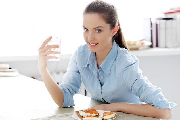 Café da manhã. linda garota na mesa