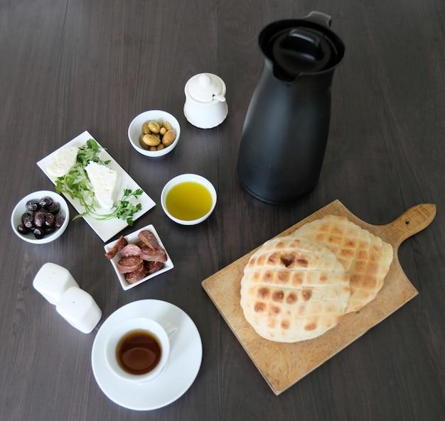 Café da manhã mediterrâneo simples e saudável