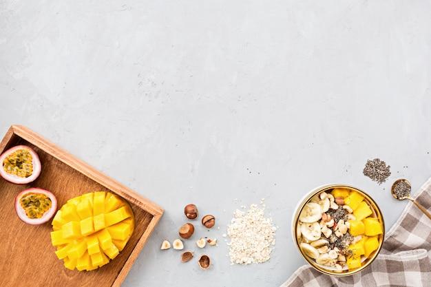 Café da manhã mingau de aveia com frutas frescas, sementes de chia e avelãs.