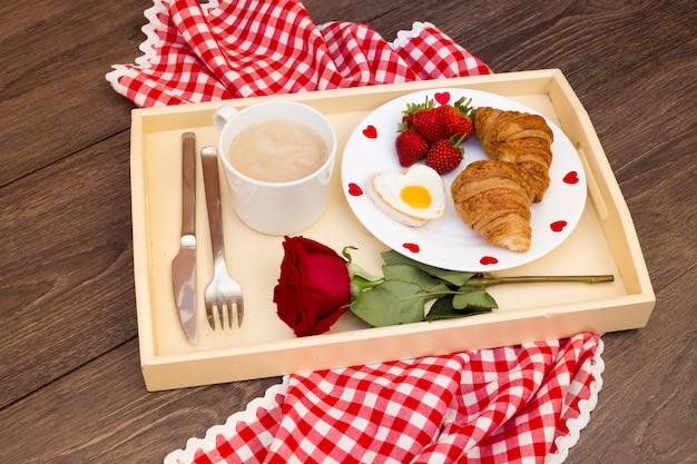 Café da manhã na bandeja com tema romântico