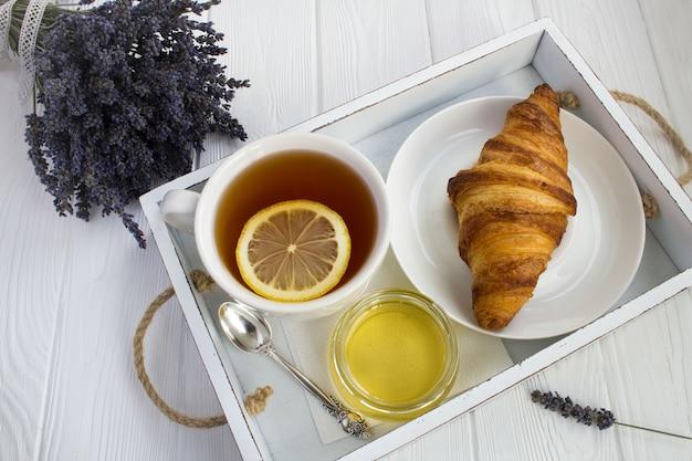 Café da manhã na bandeja de madeira branca