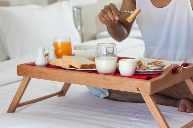 Café da manhã na bandeja na cama