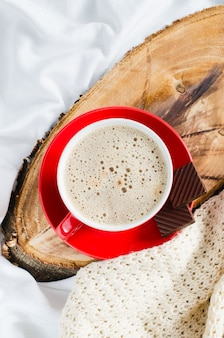 Café da manhã na cama. cappuccino e chocolate.