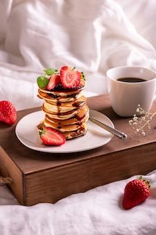 Café da manhã na cama com café e morango