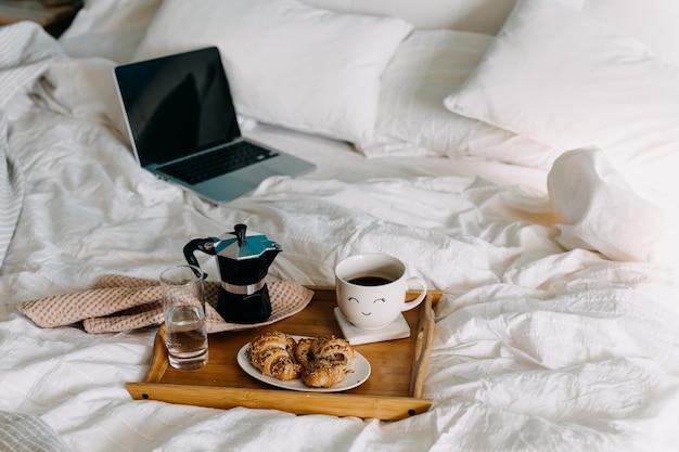 Café da manhã na cama com laptop