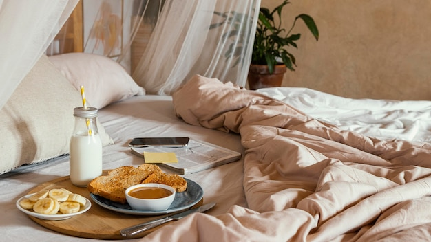 Café da manhã na cama de alto ângulo