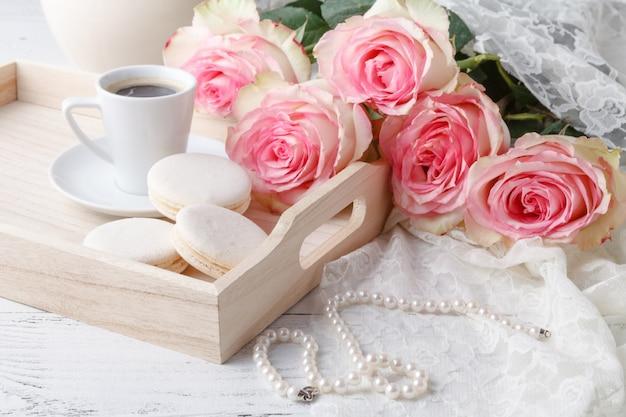 Café da manhã na cama em uma bandeja com café, panquecas, framboesas e uma rosa