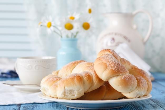 Café da manhã na casa de campo com uma xícara de café e croissant