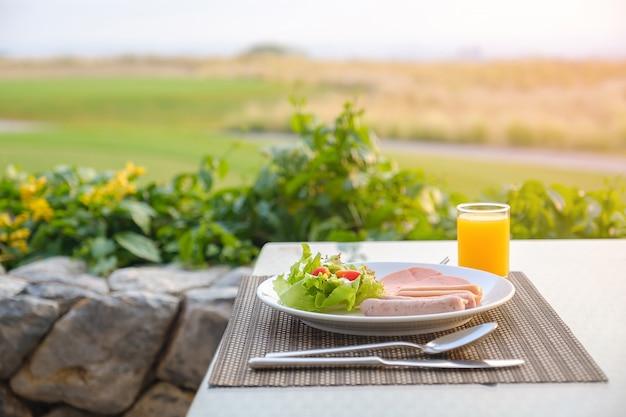 Café da manhã na mesa ao ar livre