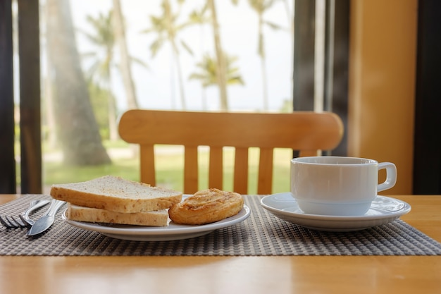 Café da manhã na mesa.