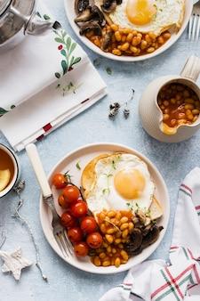 Café da manhã no feriado com torradas de feijão e fotos de comida de ovo
