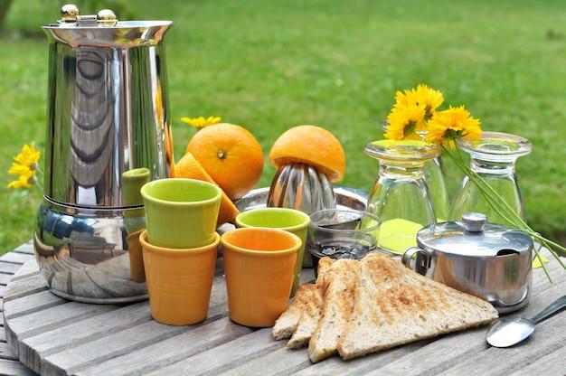 Café da manhã no jardim