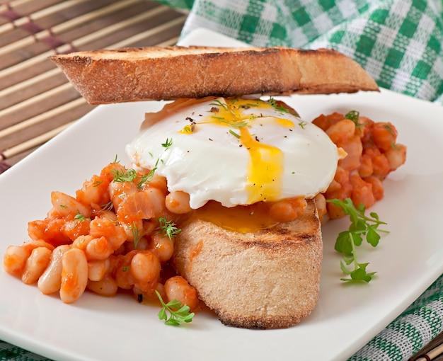 Café da manhã - ovo escalfado com torradas, feijão com molho de tomate