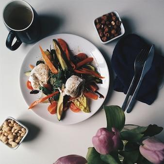 Café da manhã paleo saudável com ovos escalfados e nozes