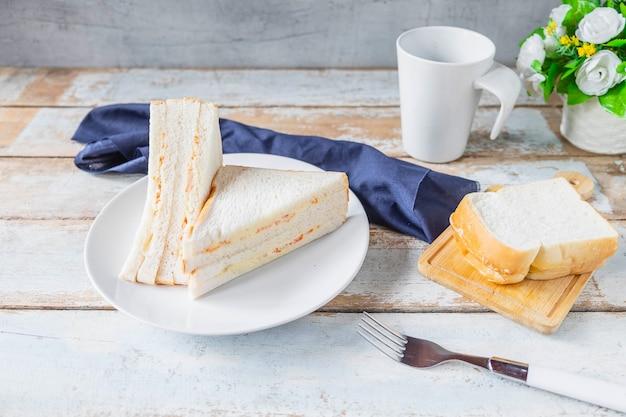 Café da manhã, pão de sanduíche em uma mesa de madeira