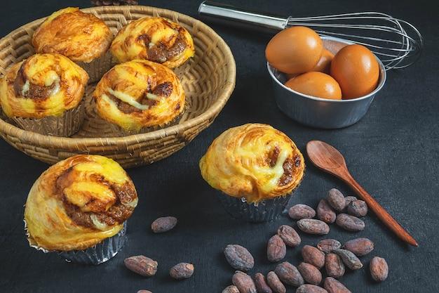 Café da manhã, pão e ingredientes na mesa