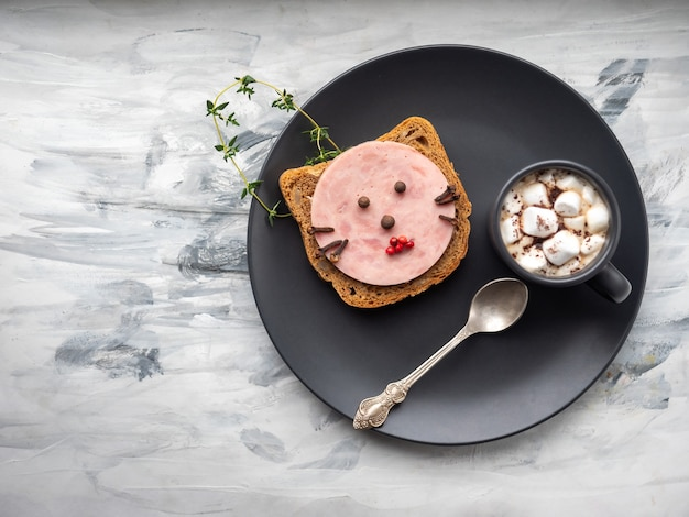 Café da manhã para crianças com um mas brod com uma kombassa decorada sob uma cara de gato e outra com
