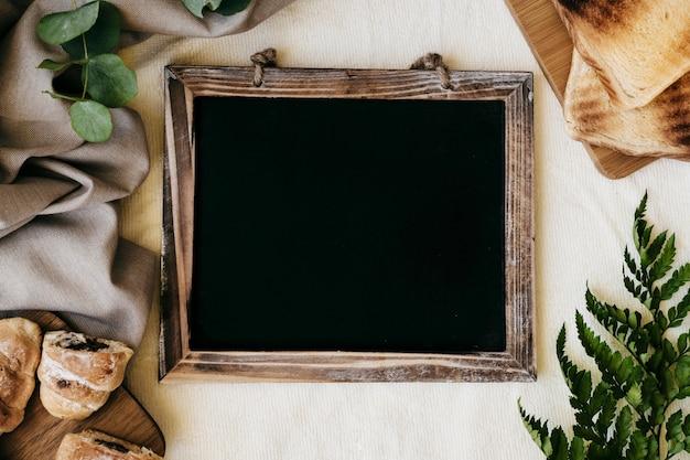 Café da manhã, plantas e quadro-negro