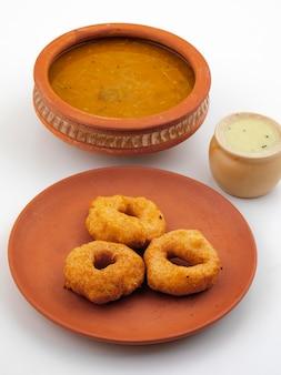 Café da manhã popular do sul da índia vada, sambar ou chutney