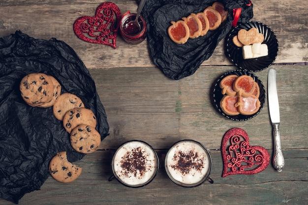 Café da manhã romântico duas xícaras de café, cappuccino com biscoitos de chocolate e biscoitos