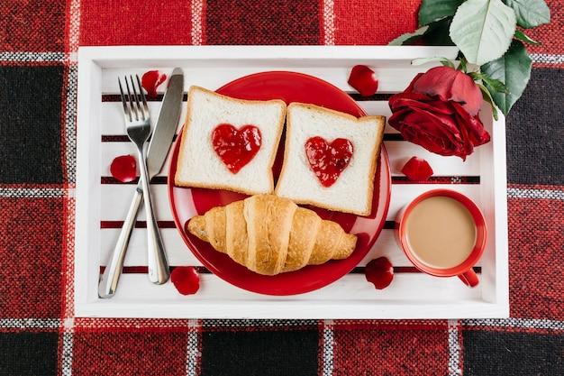 Café da manhã romântico na bandeja branca na mesa