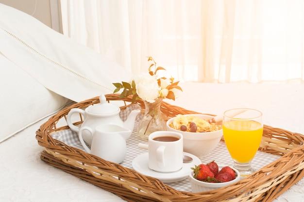 Café da manhã romântico na bandeja