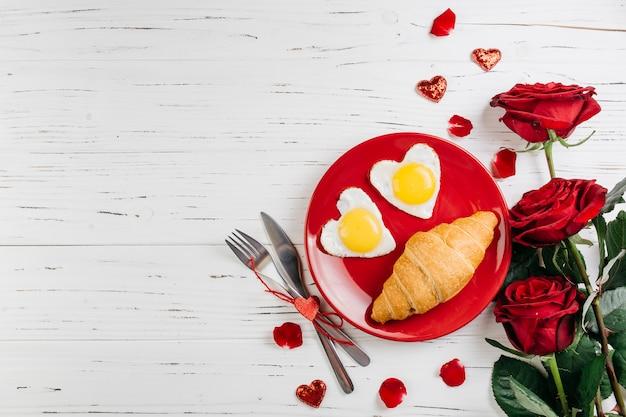 Café da manhã romântico na mesa de madeira clara