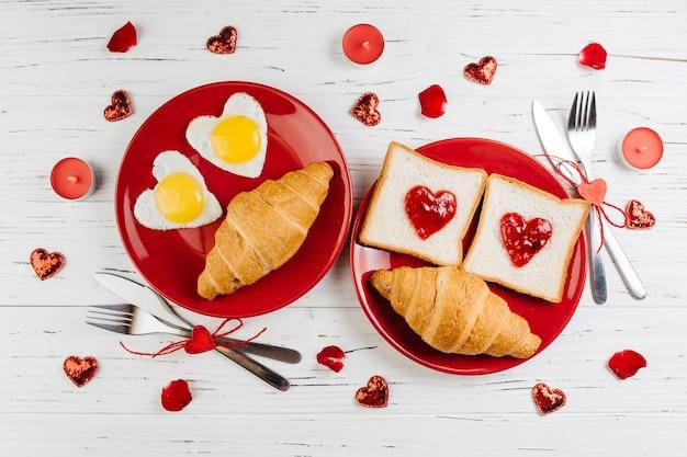 Café da manhã romântico na mesa de madeira