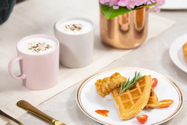 Café da manhã romântico para seu gosto favorito de café aromático e waffles., um buquê de rosas