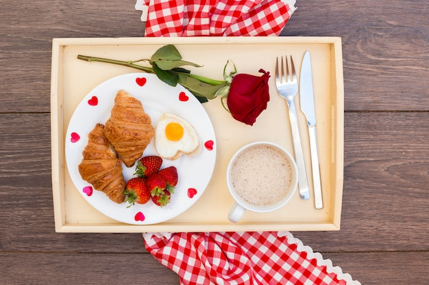 Café da manhã romântico servido na bandeja