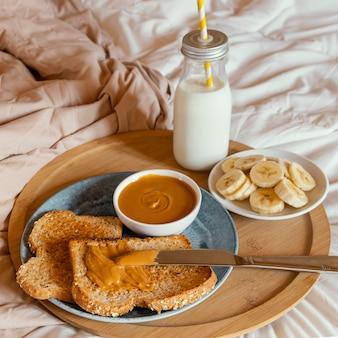 Café da manhã saboroso de alto ângulo na cama