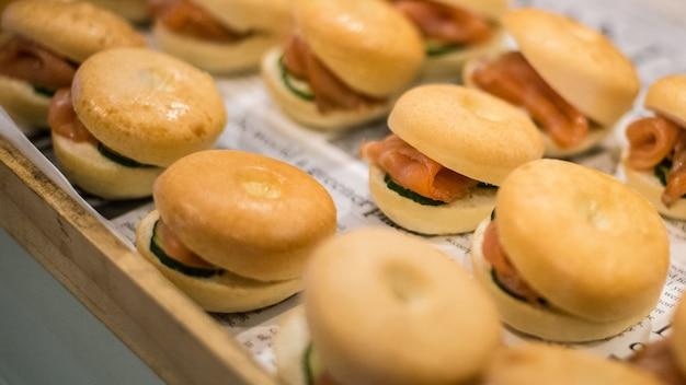 Café da manhã salmão pão e bacon pão de queijo