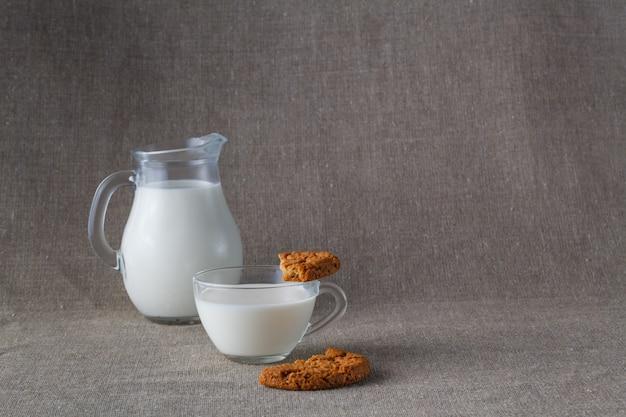 Café da manhã saudável. biscoitos de aveia com leite