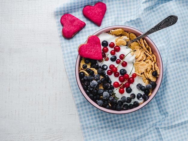 Café da manhã saudável. biscoitos de cereais, flocos de milho, iogurte e frutas frescas
