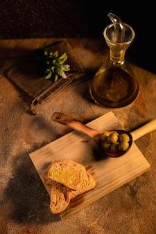 Café da manhã saudável. brinde de azeite na vista superior de superfície preta. comida espanhola