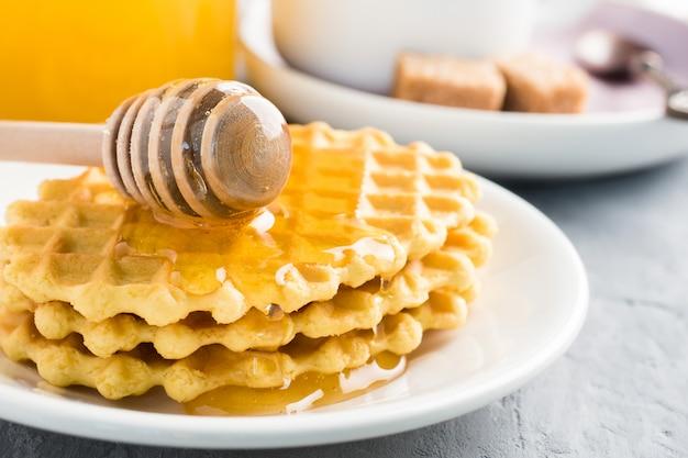 Café da manhã saudável café suco cookies cookies mel em cinza