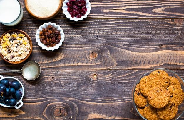 Café da manhã saudável com biscoitos de cereais em fundo de madeira