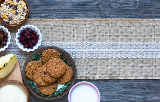 Café da manhã saudável com biscoitos de cereais
