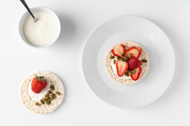 Café da manhã saudável com fatias de bolo de arroz