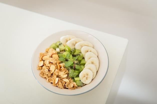 Café da manhã saudável com flocos de farelo de alta fibra, kiwi e banana