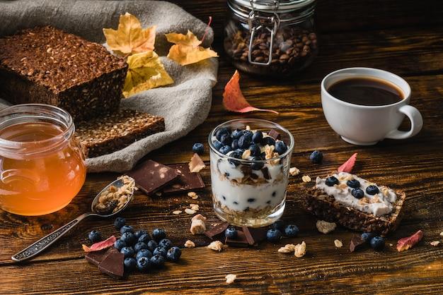 Café da manhã saudável com ingredientes Foto Premium