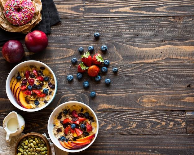 Café da manhã saudável com leite, cereais e frutas.